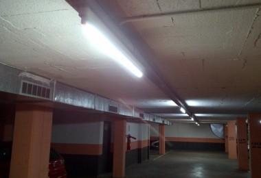 Instalació de tubos LED para la iluminación en varios aparcamientos