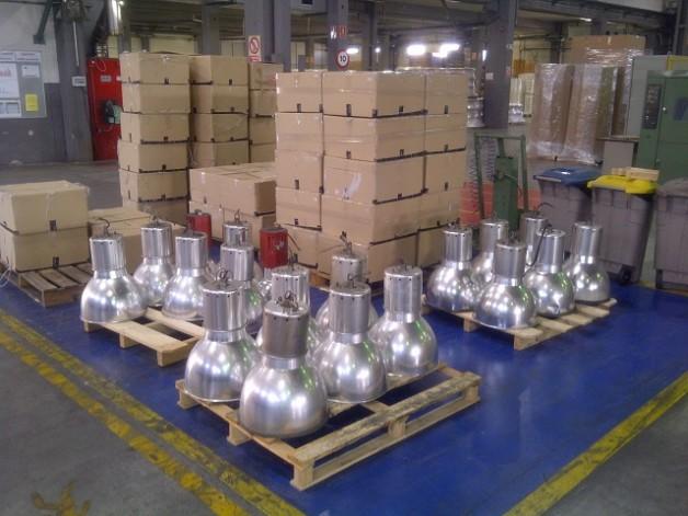 Instal·lació de campanes LED per a la il·luminació de naus industrials